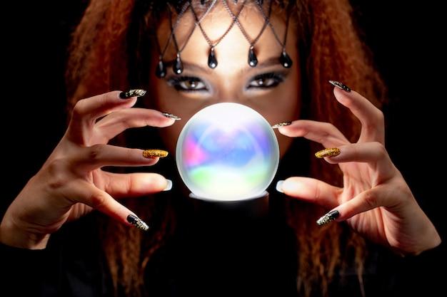 Bruxa de preto estão soletrando magia negra com mármore.