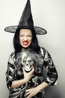 Bruxa engraçada com caveira.
