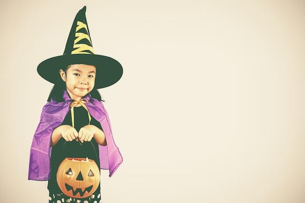 Bruxa linda garota com abóbora