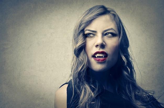 Bruxa malvada com dentes de vampiro
