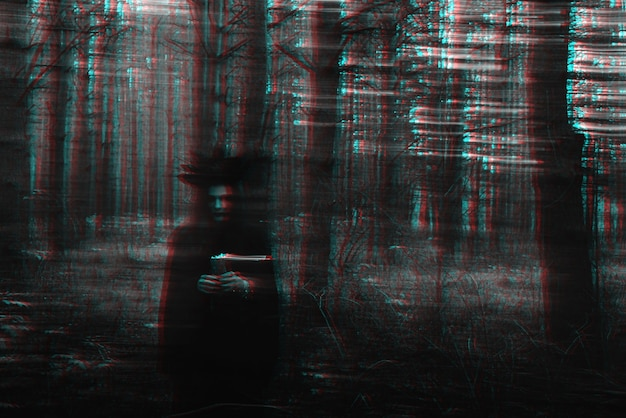 Bruxa negra com velas nas mãos realiza um ritual místico oculto. foto desfocada com desfoque devido ao longo tempo de exposição. preto e branco com efeito de realidade virtual de falha 3d