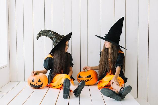Bruxas bonitos falando na festa de halloween