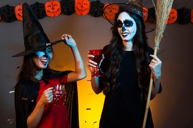 Bruxas em uma festa