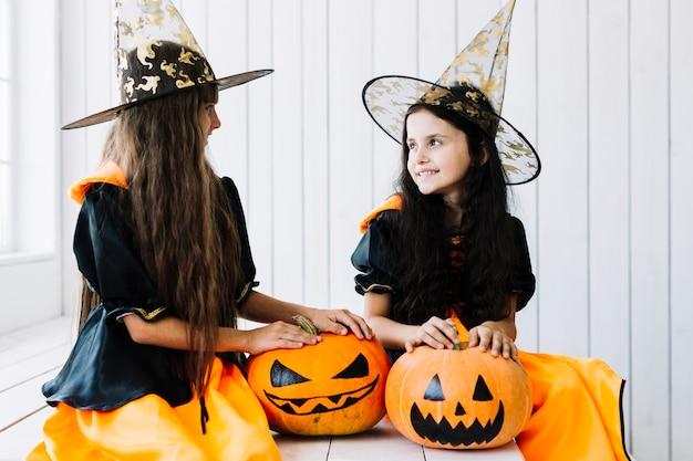 Bruxas pequenas que apreciam o tempo na festa de halloween