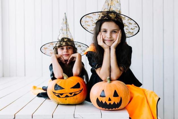 Bruxas pequenas sonhadoras na celebração do dia das bruxas