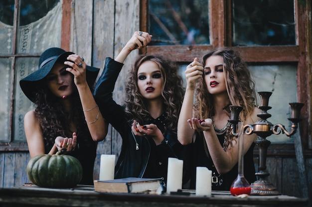 Bruxas que fazem um ritual