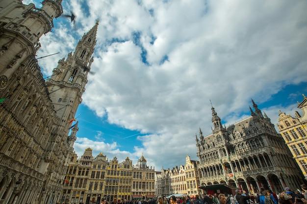 Bruxelas, bélgica-24 de abril de 2017: marco histórico de grande lugar de arquitetura de bruxelas, onde turistas vêm visitar e viajar na bélgica.