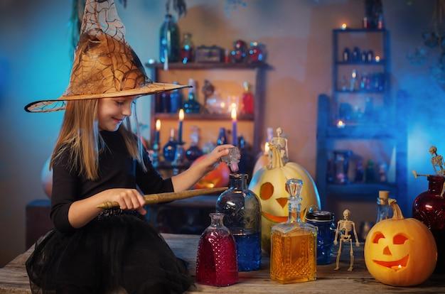 Bruxinha linda com decorações de halloween