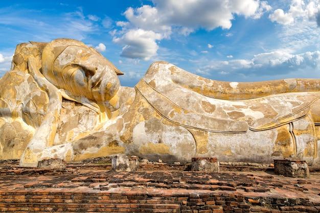 Buda adormecido (buda reclinado) em ayutthaya, tailândia