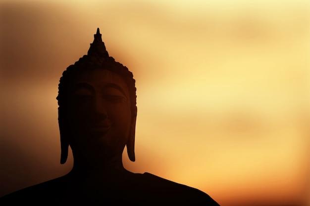 Buda ao pôr do sol.