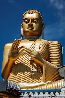 Buda dourado no telhado do templo dourado dambulla sri lanka