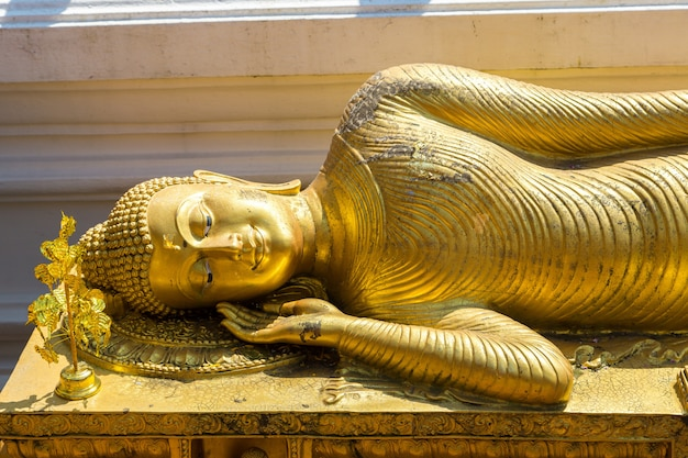 Buda dourado no templo de wat phra that doi suthep em chiang mai, tailândia