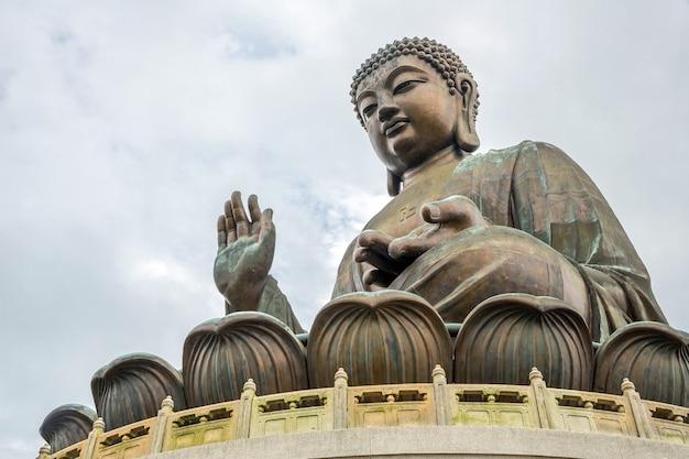 Buda gigante no po lin monastério de hong kong