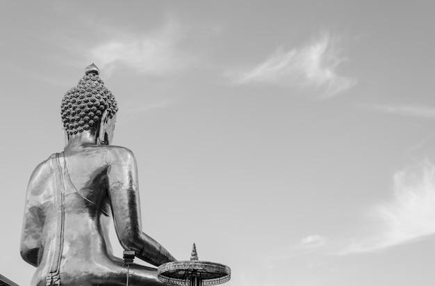 Buda grande preto e branco