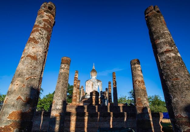 Buda imagem fumaça sukhothai wat mahathat buda estátuas tailândia céu azul.