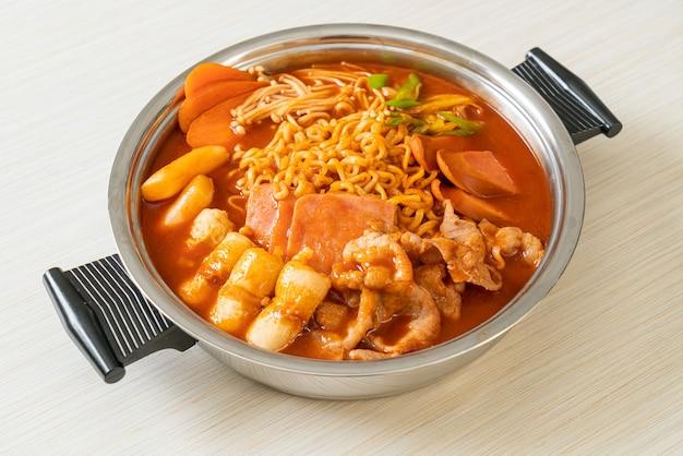 Budae jjigae ou budaejjigae (guisado do exército ou guisado da base do exército). ele é carregado com kimchi, spam, salsichas, macarrão ramen e muito mais - estilo popular de hot pot coreano