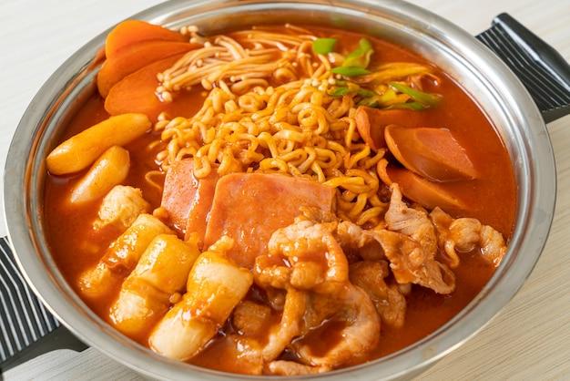 Budae jjigae ou budaejjigae (guisado do exército ou guisado da base do exército). ele é carregado com kimchi, spam, salsichas, macarrão ramen e muito mais - popular comida coreana de hot pot