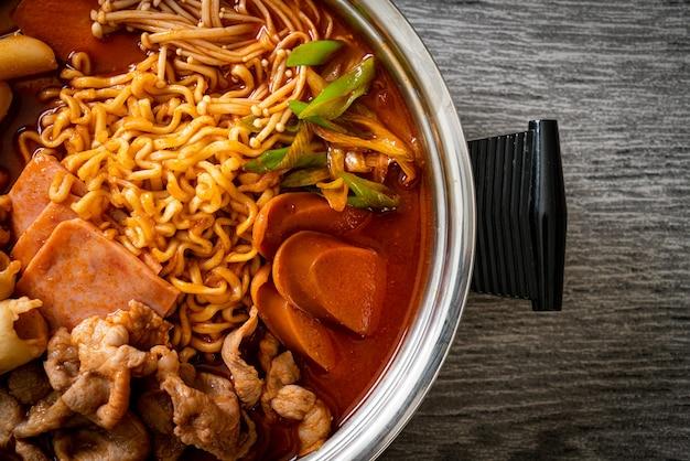 Budae jjigae ou budaejjigae (guisado do exército ou guisado da base do exército). ele é carregado com kimchi, spam, salsichas, macarrão ramen e muito mais - popular comida coreana quente