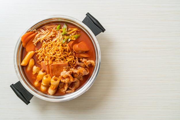 Budae jjigae ou budaejjigae (guisado do exército ou guisado da base do exército). ele é carregado com kimchi, spam, salsichas, macarrão ramen e muito mais
