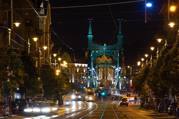 Budapeste à noite, parada de bonde em frente à ponte da liberdade