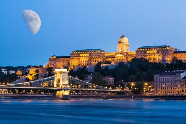 Budapeste durante a hora azul ponte das correntes szechenyi