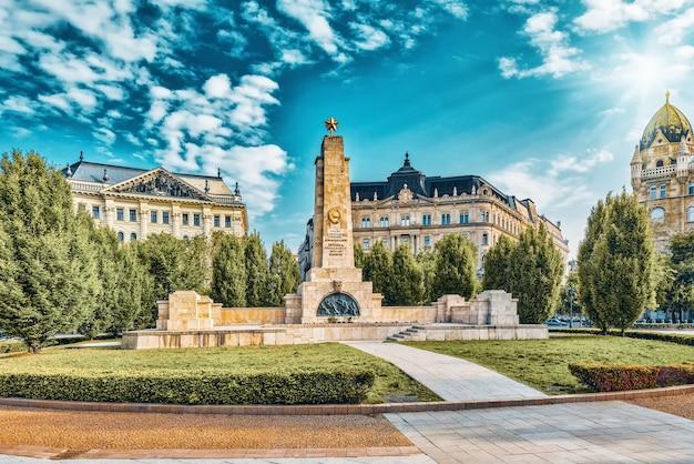 Budapeste, hungria - maio 04,2016: monumento soviético na freedom square.monument foi construído por homenagens aos soldados soviéticos que morreram em 1944-1945 durante a libertação de budapeste.