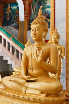 Budas dentro do wat chalong