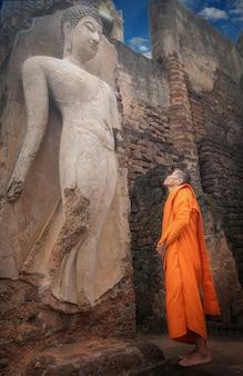 Budas e clérigos, em dias importantes do budismo, templo wat phra sri rattana mahathat em sukhothai da tailândia. 26/08/2017