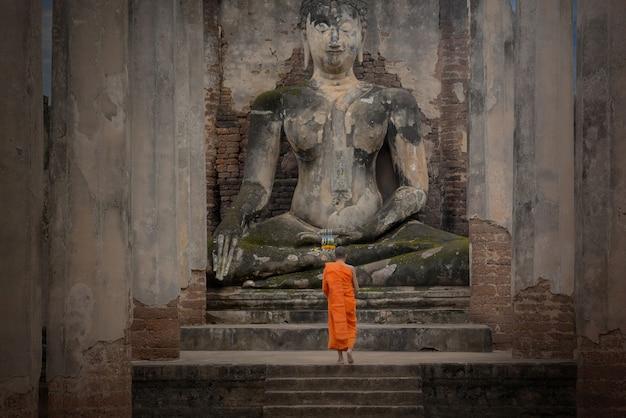 Budas e clérigos, em dias importantes do budismo, templo wat phra sri rattana mahathat em sukhothai da tailândia