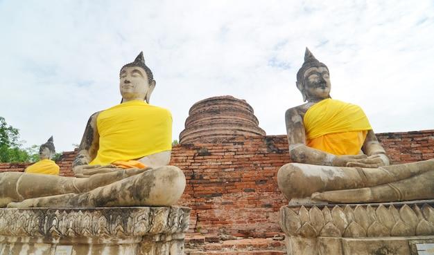 Budas e pagode em wat yai chai mongkol em ayutthaya, tailândia