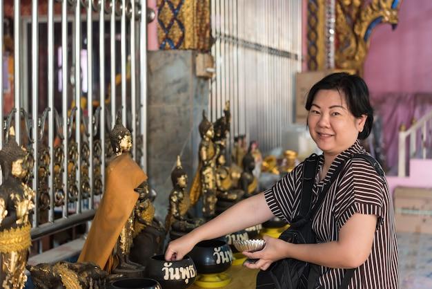 Budismo tailandês reza por adoração em benefício