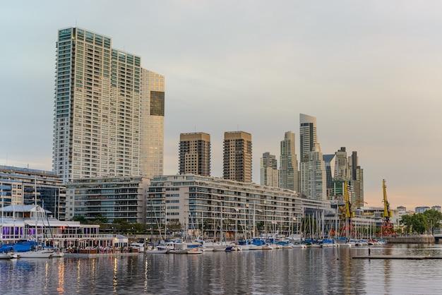 Buenos aires argentina arranha-céus de puerto madero no final da tarde