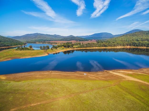 Búfalo do lago na paisagem de dia ensolarado, alpine shire, victoria, austrália