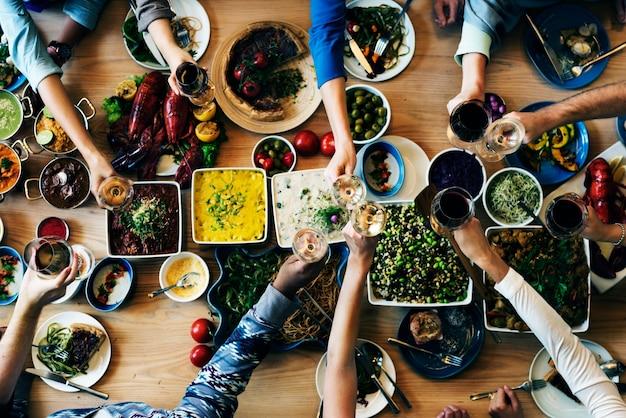 Bufê que come a escolha que janta o conceito dos povos do partido do alimento