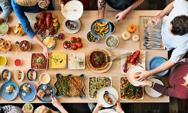 Bufete do partido dos amigos que aprecia o conceito do alimento