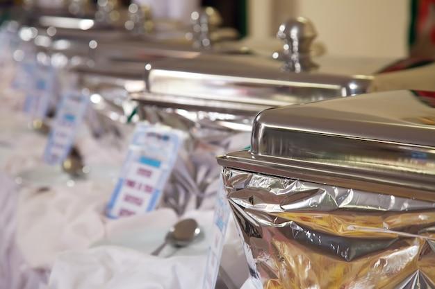 Buffet com bandejas aquecidas