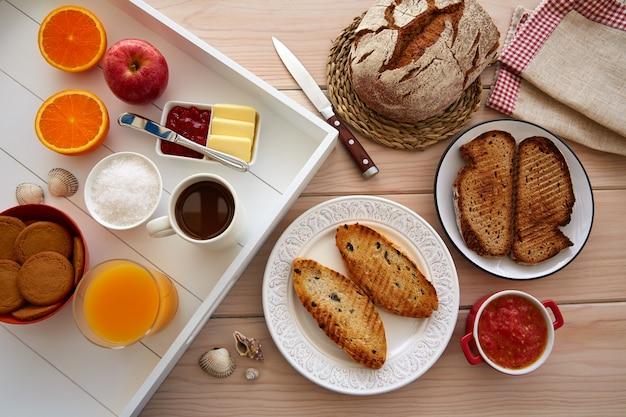 Buffet de café da manhã continental com café
