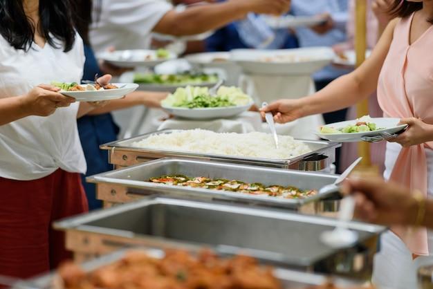 Buffet de comida, festa de comida no restaurante, mini canapés, lanches e aperitivos