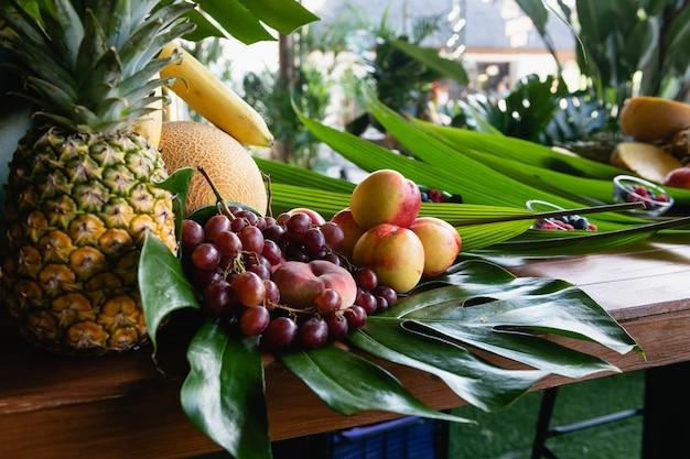 Buffet de frutas decorado com folhas verdes