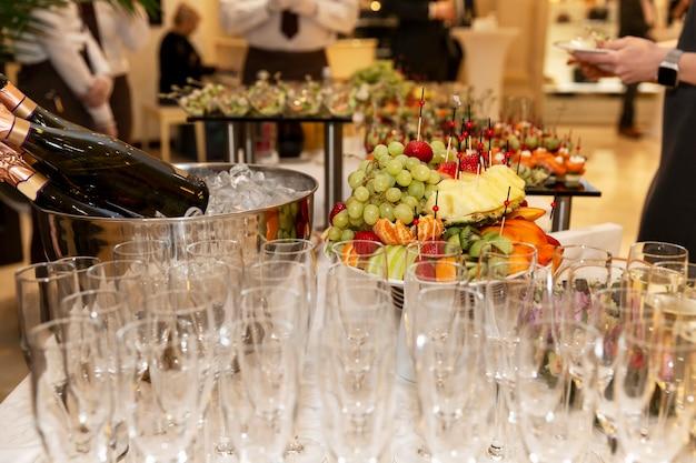 Buffet de mesa festiva com vinhos e petiscos. catering para reuniões de negócios, eventos e celebrações.