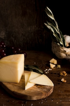 Buffet de queijo de ângulo alto na mesa