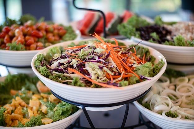 Buffet de salada de legumes em restaurante de hotel