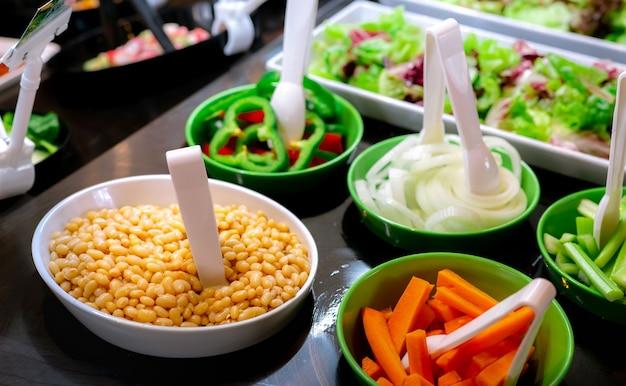 Buffet de saladas no restaurante. buffet de saladas frescas para almoço ou jantar. comida saudável.