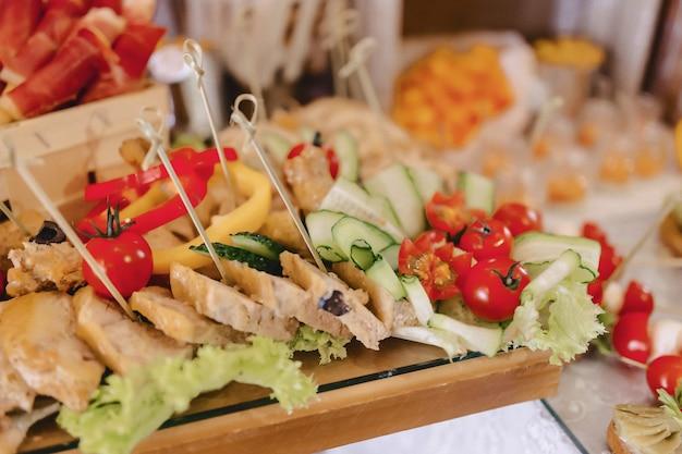 Buffet salgado festivo, peixe, carne, batatas fritas, bolinhas de queijo e outras especialidades