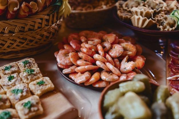 Buffet salgado festivo, peixe, carne, batatas fritas, bolinhos de queijo e outras especialidades para celebrar casamentos e outros eventos