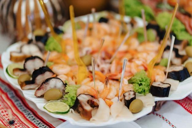 Buffet salgado festivo, peixe, carne, batatas fritas, bolinhos de queijo e outras especialidades para celebrar casamentos