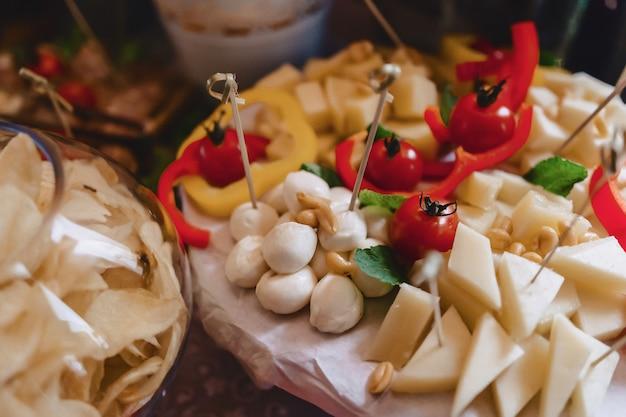 Buffet salgado festivo, peixe, carne, batatas fritas, bolinhos de queijo e outras especialidades