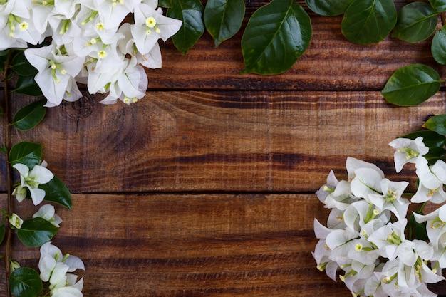 Buganvílias no conceito de fundo, quadro ou fronteira de madeira