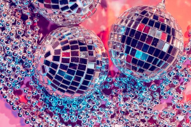 Bugiganga bola de discoteca em fundo rosa. conceito de festa