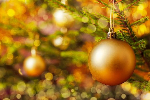 Bugiganga de decoração na árvore de natal decorada